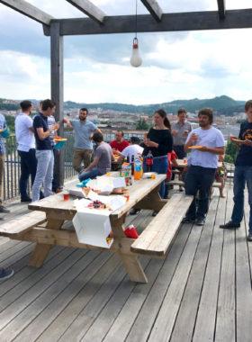 Sur la terrasse, repas d'équipe